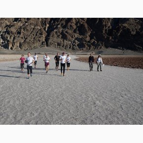 RUN the Canyons Løberejser - Badwater Basin med flot canyon i baggrunden